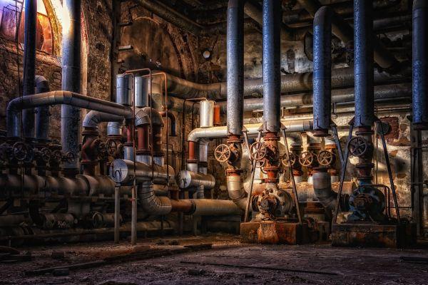 Verschiedene Rohrleitungen und Ventile in einer Halle.