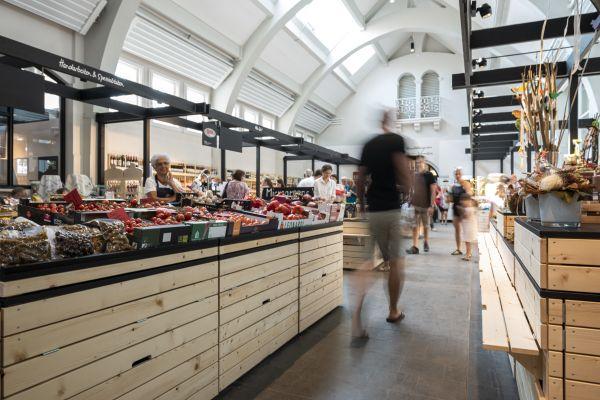 Ein Marktstand in einer Halle.