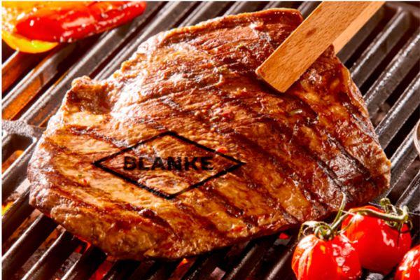 Das Bild zeigt ein Steak auf dem Grill.