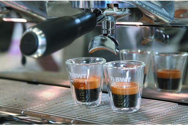 """Auch eine Frage des guten Geschmacks: Weichwasseranlagen wie von """"BWT water+more"""" sind beispielsweise speziell für die Kaffeezubereitung konzipiert und sorgen für eine ungehinderte Extraktion der über 800 Aromen der braunen Bohne, so der Hersteller. Der Kaffee schmeckt also so, wie er schmecken soll. Vollaromatisch und ohne unerwünschte Geruchs- oder Geschmacksnoten. Gleichzeitig gewähre die Wasseroptimierung exzellenten Maschinenschutz vor Kalk, Korrosion und Gipsbildung."""