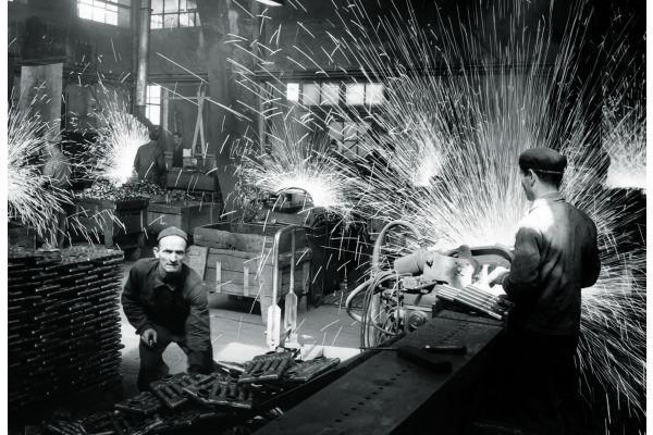 Mehrere Männer bei Schweißarbeiten.