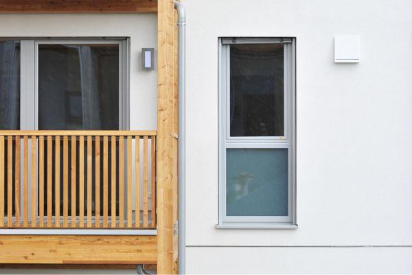 Ein Fenster neben einem Balkon.