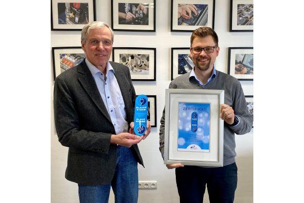 Claus-Heinrich Stahl verleiht das erste Zertifikat Blauer Strom/Blaue Wärme an Andreas Weigel.