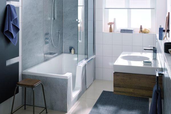 Das Bild zeigt ein Badezimmer, an dessen linker Wand sich die Duschwanne