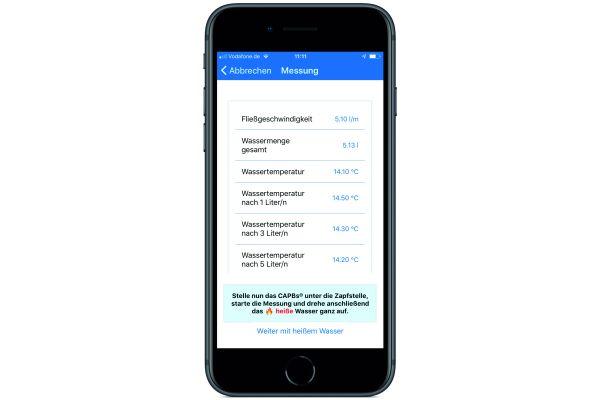 Das Bild zeigt ein Handy mit der App.