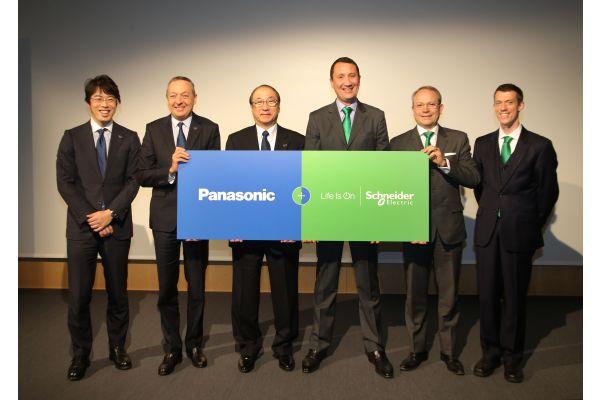 Vertreter von Panasonic und Schneider Electric auf der Pressekonferenz.