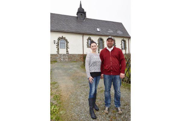 Das Ehepaar Hoffmann vor der ehemaligen Kirche.