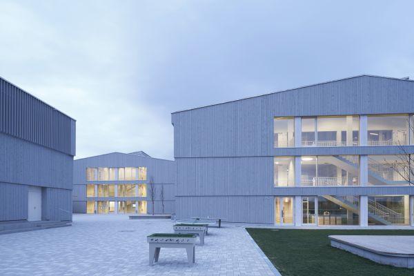 Das Schmuttertal-Gymnasium in Diedorf von außen.