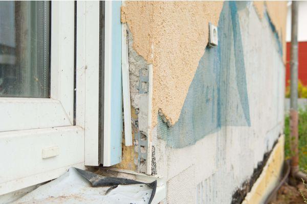 Ein renovierungsbedürftiges Haus von nahem.