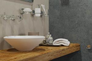 """Das Bild zeigt die Badaccessoire-Serie """"Thessa"""" von Geesa, die im zeitlosen Design oberhalb des Waschtisches an der Wand angebracht ist. Sie bietet dekoratives Zubehör wie etwa Zahnputzbecher und Seifenspender."""