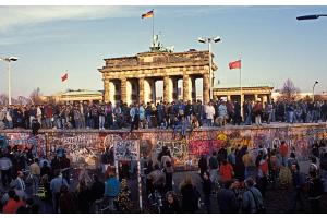 Menschen am 9./10. November 1989 vor dem Brandenburger Tor und der Mauer.