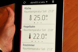 Eine Heizungs-App wird auf einem Tablet angezeigt.