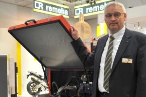 Frank Draber, Leiter Anlagentechnik bei Remeha, und das Mini-BHKW ELW 20-43.