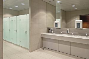 Das Bild zeigt die großzügig gestalteten Sanitärräume des Flughafens in Zürich. WC- und Waschtischbereich sind klar getrennt.