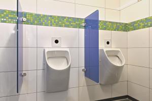Das Bild zeigt den Sanitärraum eines Campingplatzes Deutlich mehr Hygiene auf einem Campingplatz - Die berührungslose Spülauslösung sorgt für deutlich mehr Hygiene.