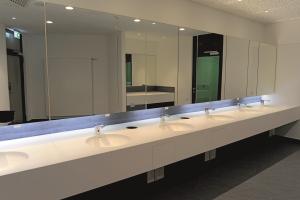 Die Sanitärräume in der Messehalle Nürnberg. Sie bieten für den Besucherandrang großzügige Räume mit ausreichend vielen Waschtischen.