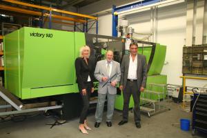 Heike Skoberne, Dipl.-Ing. (FH), Sven Schuchmann (im Gruppenfoto rechts) und  Dipl.-Ing. Kami Klaus Kahrom führen das Unternehmen mit derzeit 60 Mitarbeitern und zwei Standorten mit zusammen mehr als 10.000 m² Fläche.