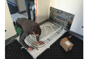 Heizkreisverteiler und Leitungen der Fußbodenheizung beim Einbau.
