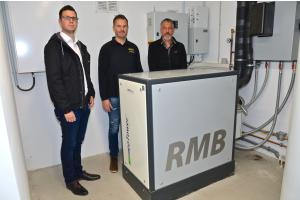 David Plaggenborg (Marketing RMB/ENERGIE), Marco Kimme (Geschäftsleitung Intax) und  Marco Kalischewski (Inhaber EKS-Innova OHG) stehen hinter dem Blockheizkraftwerk.