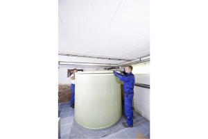 Neuer Heizöltank – der doppelwandige Kunststofftank wurde in Einzelteilen in den Keller gebracht und direkt dort montiert.