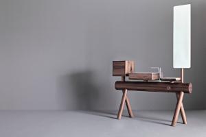 Graff präsentiert ein Waschbecken aus Massivholz mit Regal, Schubladenset und Drehspiegel.