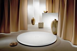 Die weiße, runde Duschtasse von Kaldewei aus Stahl/Email ist ein avantgardistischer Blickfang auch mitten im Bad.