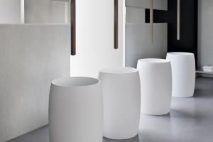 Vallone präsentiert ein freistehendes, fassförmiges Standwaschbecken. Seine bauchige Struktur kontrastiert zu einseitiger Linienfürung.