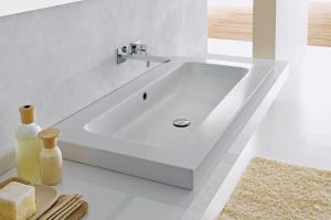 Der Waschtisch aus Stahl/Email mit einer kratz- und schlagfesten Oberfläche.