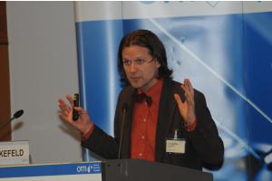Professor Timo Leukefeld bei einem Vortrag.