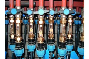 Im Vergleich zu den bisher gebräuchlichen Messing-Abgleichventilen für die Installation in Geothermie-Soleverteilern erspart das neue Kunststoff-Abgleichventil von Taconova die Verwendung von zusätzlichen Übergangsadaptern.