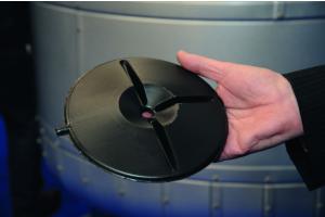 Die Dehoust GmbH aus Leimen stellte einen Latentspeicher vor, bei dem ein Phasenwechselmaterial in Kunststofflinsen eingekapselt ist und eine 2- bis  4-fache Speicherkapazität gegenüber Wasser ermöglicht.