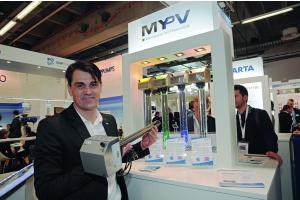 Die My-PV GmbH, hier mit Verkaufsleiter Ing. Markus Gundendorfer, präsentierte auf der ISH Heizstäbe für vier verschiedene Anwendungsbereiche, mit denen Strom aus einer Photo- voltaikanlage zum Heizen in Wärme umgewandelt werden kann.