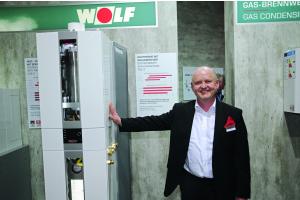 Georg Ziegltrum mit einem Produkt auf der ISH 2017.