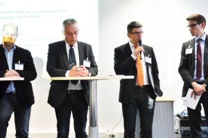 Diskussion mit Vertretern aus Wirtschaft und Industrie. Von links: Jürgen Hohnen, Hohnen Gebäudetechnik, Uwe Wendler, Elcore, Alexander Dauensteiner, Vaillant, und Dominik Holzapfel, Netzwerk Brennstoffzelle und Wasserstoff NRW.