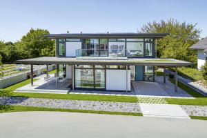 """Moderner Flachdachbau mit zwei voll nutzbaren Geschossen und voller """"unsichtbarer"""" Technik."""