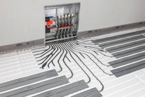 Heizkreisverteiler einer Fußbodenheizung.