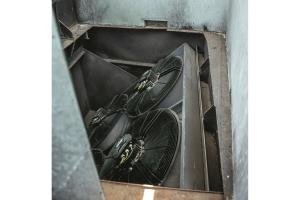 Ventilatoren auf einer Schwenkplatte.