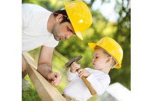 Kind mit Vater beim Heimwerken