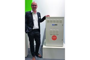 Andreas Ballhausen und das Brennstoffzellenheizgerät BlueGen auf der ISH.