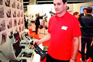 """Ein Mitarbeiter von Roller präsentiert die """"Multi-Press Mini S 22V ACC""""."""