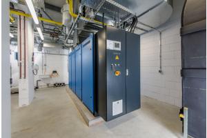 """Das Blockheizkraftwerk """"Loganova EN140"""" erzeugt Strom und Wärme."""