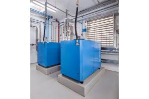 In der Druckluftzentrale wird die Abwärme der Kompressoren optimal zur Klimatisierung des neuen Produktions- und Verwaltungsgebäudes genutzt.