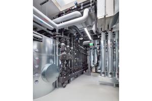 Die Kältezentrale verfügt über mehrere Pufferspeicher, sodass der Energieverbrauch zur Erzeugung der benötigten Temperatur sehr niedrig gehalten werden kann.