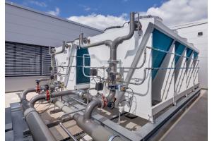 Die Kälteanlage erzeugt sowohl im Sommer als auch im Winter ausreichend Kälte für den Betrieb.