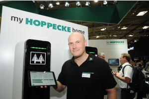 """Bei der Hoppecke Batterien GmbH & Co. KG aus Brilon zeigte man erste Produkte der neuen Speicherlinie """"Home"""", hier mit Produktmanager Bastian Haßdenteufel."""