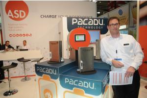 """Die Automatic Storage Device GmbH aus Umkirch bei Freiburg verschaltet ihre Zellen parallel und versieht sie mit ihrer """"Pacadu""""-Elektronik, berichtete Frederik Fuchs."""