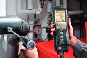 Das Abgas-Messgerät testo 330 im Einsatz.