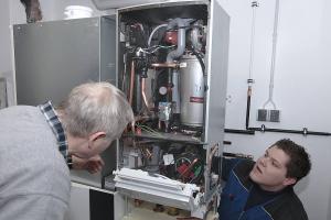 """Auf den 75-Liter-Schichtladespeicher wird das Gas-Brennwertgerät """"Logamax plus GBH172"""" montiert."""