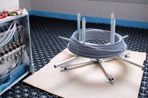 Das PE-MDX-Flächenheizrohr beim Einbau der Fußbodenheizung im Altbau.