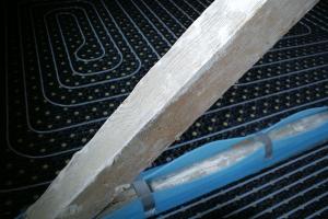 Rohr einer Fußbodenheizung im Altbau.